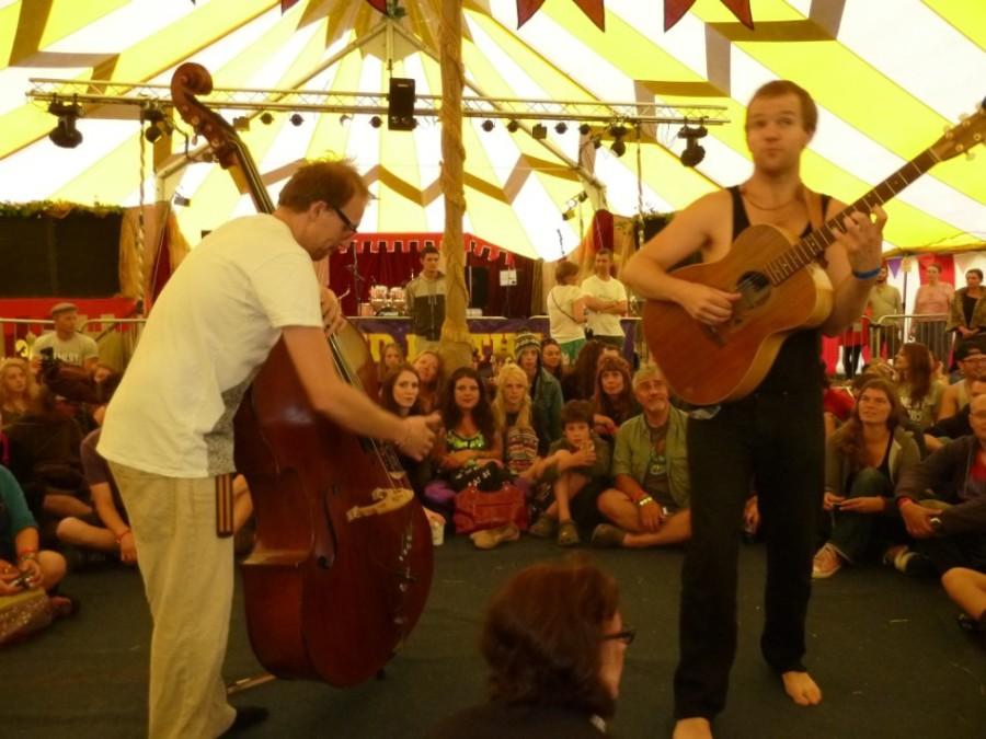 Nizlopi play an acoustic set